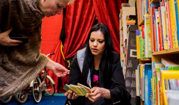 <p>Mandy Maria Vos overlegt met haar moeder over welke boeken ze kiezen.</p>