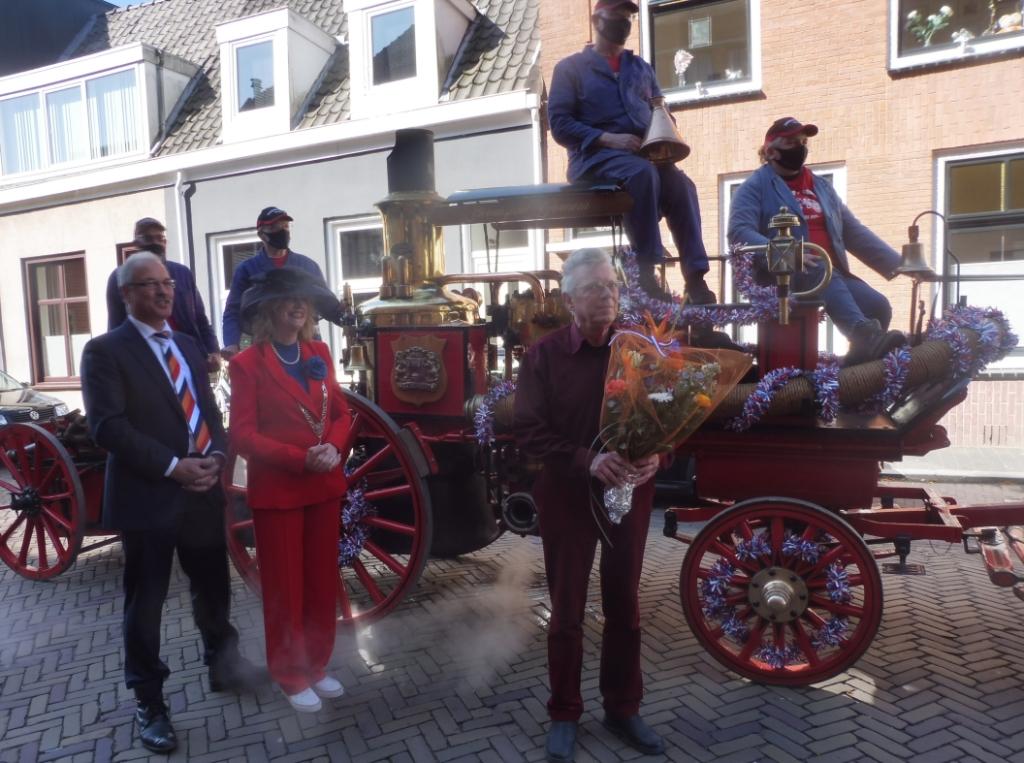Chris de Jong werd bij theater Peeriscoop verrast met zijn koninklijke onderscheiding, hij is benoemd tot Ridder Hannie Visser-Kieboom © BDU Media