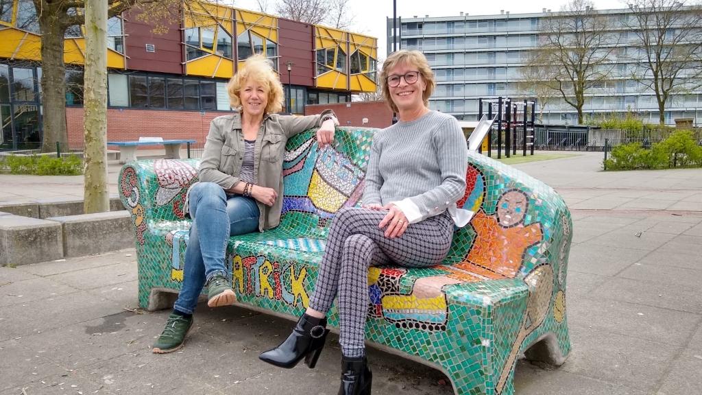 Carla Osseweijer (links) en Anneleen van der Laar voor de plek waar vroeger hun school stond. Johan van Beek © BDU media