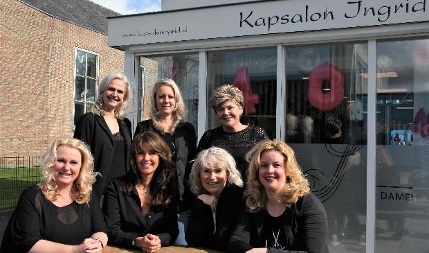 <p>Het team van Kapsalon Ingrid met op de voorgrond derde van links, grondlegger Ingrid.</p>