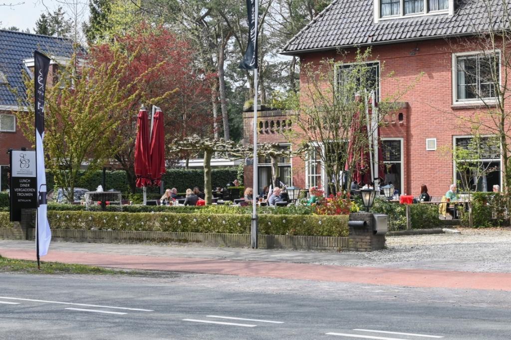 Bij de Eetvilla aan de Soesterbergsestraat zit het terras ook al lekker vol. Jaap van den Broek © BDU media