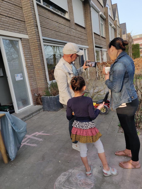Een gezin bekijkt een van de filmpjes halverwege de wandeling. Alet van Eijk © BDU media