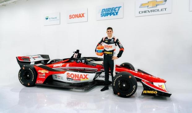 <p>Rinus VeeKay rijdt dit jaar in een rode bolide.</p>