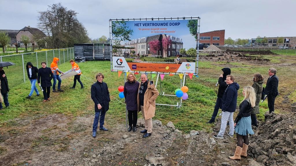 Theo en Johanna Castrop met op de achtergrond het terrein van Het Vertrouwde Dorp  Irene van Valen © BDU media