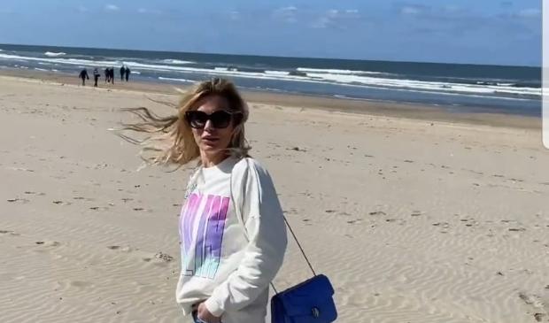 <p>Nicolette van Dam op het strand van Zandvoort in april.</p>