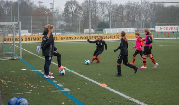 training voetballende meiden