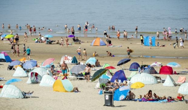 <p>Badgasten op het strand in Zandvoort.</p>