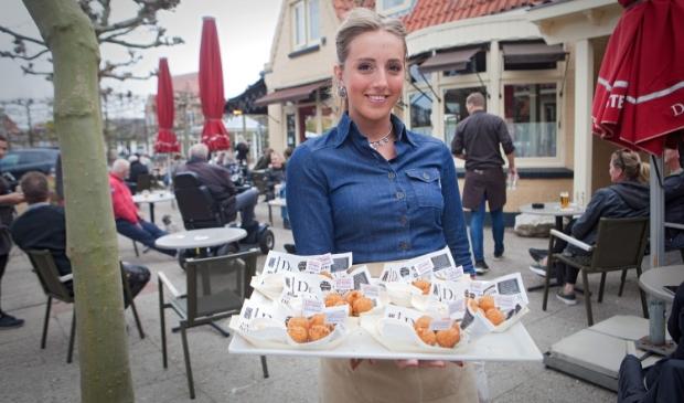 Ter promotie van de nieuwe IJmuider Kotterbal werd de vissnack uitgedeeld aan terrasgangers bij De Wildeman in Santpoort-Noord Studio 2 Media/Gwendelyn Luijk © BDU Media