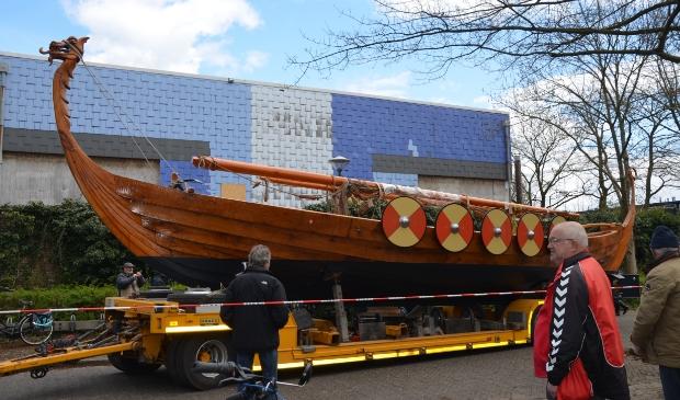 Vikingschip verlaat de Vikinghal