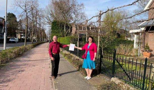 <p>Frans Smits en Barbara de Reijke op de Rijksstraatweg.</p>