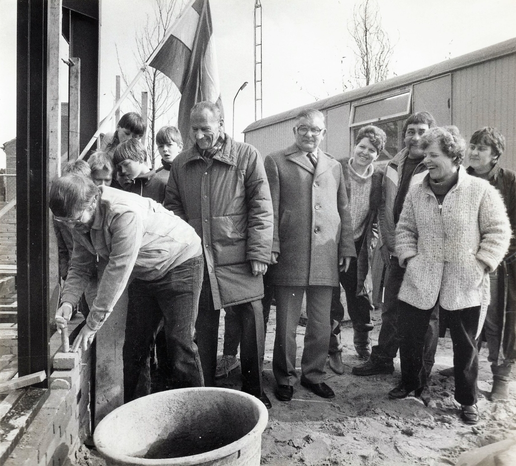 <p>Roel van de Brink legt de eerste steen in 1985</p> Collectie Suzanne van den Top © BDU Media