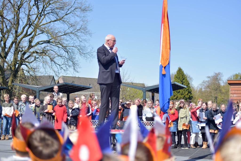 Zingen bij de vlag A. Ruitenberg | Rehobothschool © BDU media