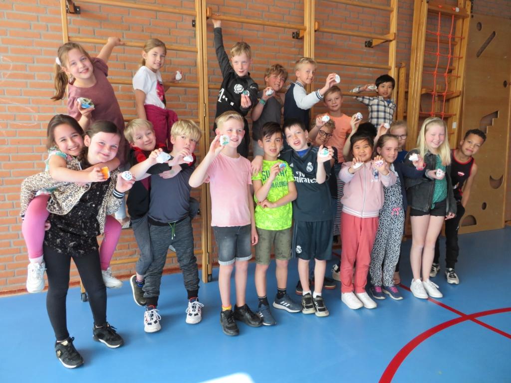 De kinderen en hun versierde stenen RKBS De Vlinder © BDU media