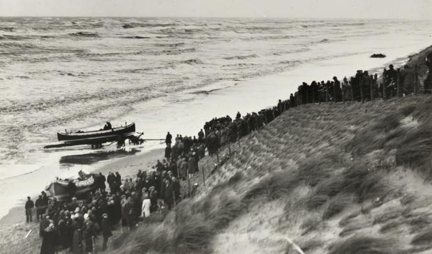 <p>Oefening met reddingboot op het Bloemendaalse strand.</p>