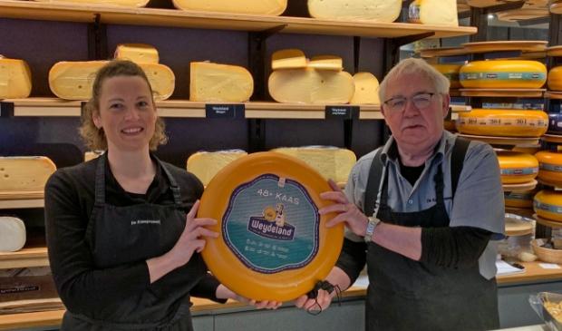 <p>Peter en Susanne met Jong belegen Weydeland, een van de meest verkochte kazen inOdijk</p>
