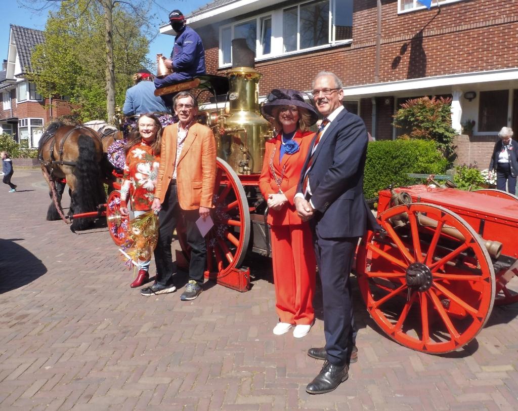 Henny Blom had zijn oranje colbert al aan, toen de burgemeester aanbelde voor zijn lintje Hannie Visser-Kieboom © BDU Media