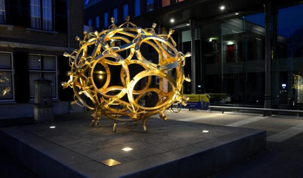<p>Het Ei voor het gemeentehuis in Barneveld is sinds lange tijd weer sfeervol verlicht in de donkere uren.</p>