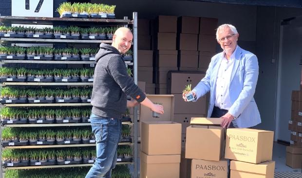 <p>Rogier Demmers (links) en Jacques van der Vlies bij de dozen de Paasboxen die vandaag worden gevuld. &nbsp;</p>