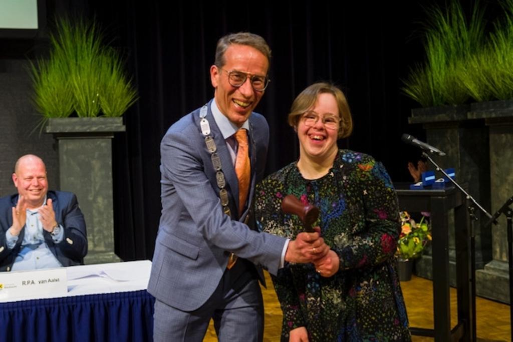 <p>Jan de Vries kreeg de voorzittershamer overhandigd van zijn dochter Sanne.</p> Richard van Hoek  © BDU media