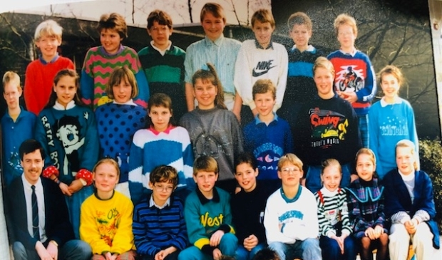 <p>Pieter Smid (bovenste rij, links) en (naast hem) Astrid Eggink in groep 7 van de Minister de Visserschool, met onder anderen meester Wim ter Haar.</p>