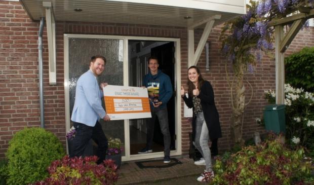 Rob ontvangt de cheque en award uit handen van Martijn en Kimberly (ENIAC comité)