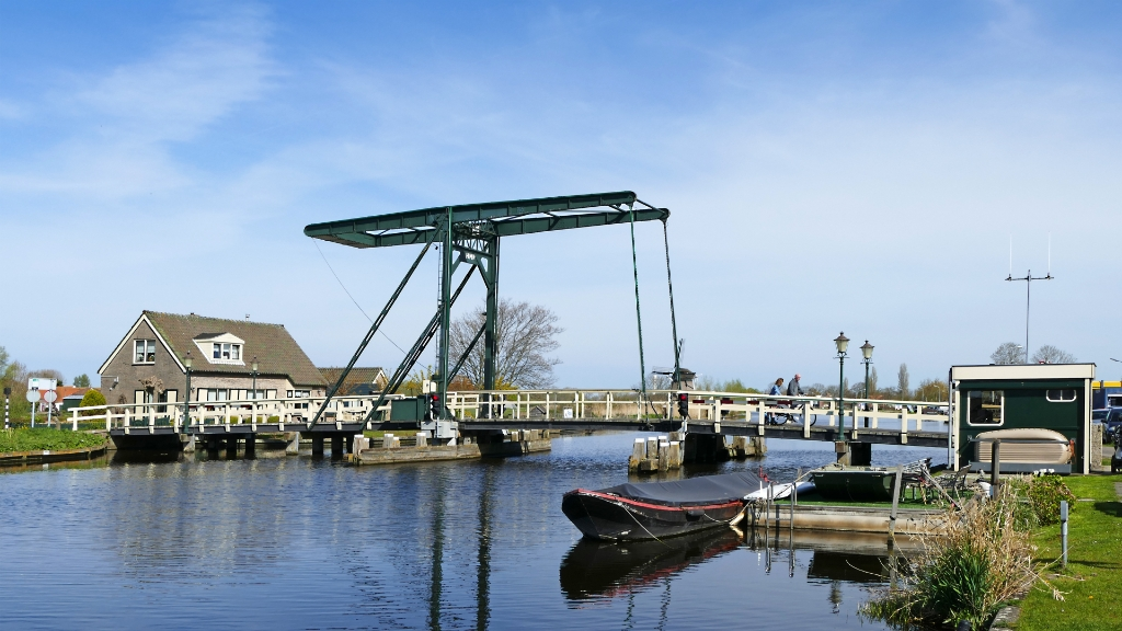 Een fietsbrug over de Ringvaart. Wim Meeldijk. © BDU media