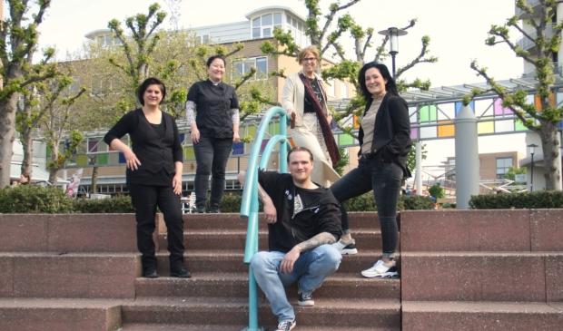 <p>Het make-over team: Ilse Bollhaar, Tamare van Dam, Arnoud van der Meer, Petra Glandorf en Kim Sukel.</p>