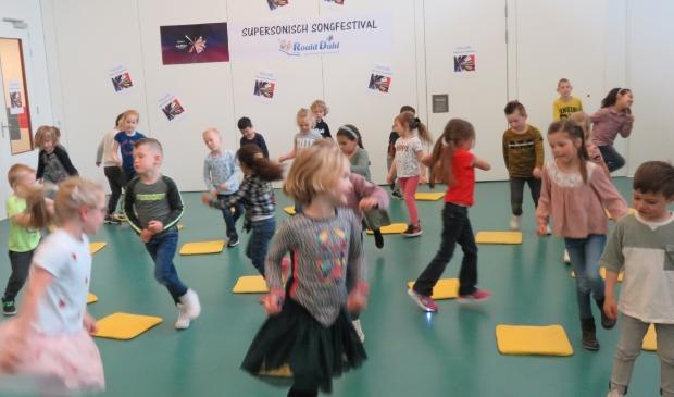 <p>Op vrolijke muziek en tekst wordt het Duitse songfestivallied door de kleuters gedanst.</p>