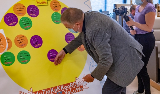 Wethouder Roelof Koekkoek 'ondertekent' namens de gemeente Putten het Muziekakkoord Noordwest-Veluwe. Ton Pors © BDU media