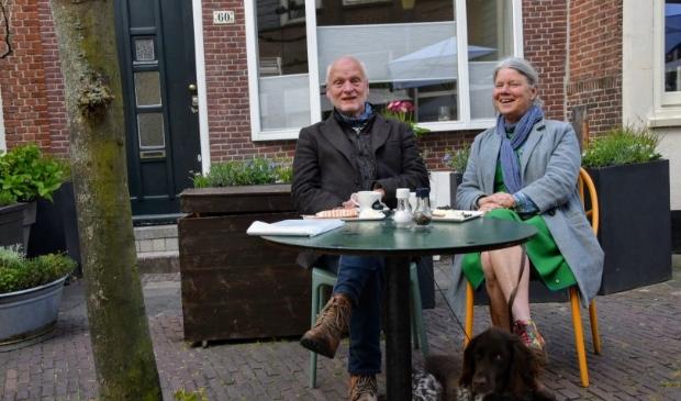 <p>Bij Gusto op het terrasje zitten Jaap en Marilou en hond Joep uit Den Bosch. Zij zijn 35 jaar geleden getrouwd en toen hebben ze op weg naar Schiphol voor hun huwelijksreis overnacht in de buurt van Ouderkerk. Zij waren nu op weg naar een weekje Bergen en dachten &quot;laten we uit nostalgische overwegingen een kopje koffie drinken waar we 35 jaar geleden ook waren&quot;</p>