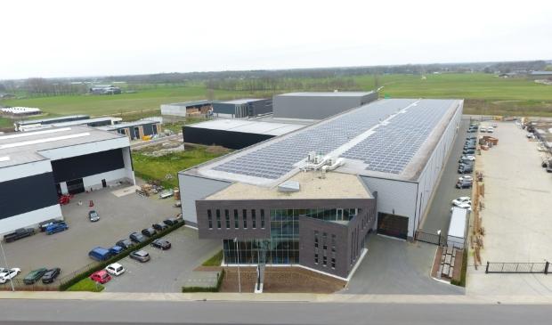 <p>Campus installeerde ruim 2800 zonnepanelen op het dak van Van Ee Staalspecialisten aan de Deventerweg.</p>