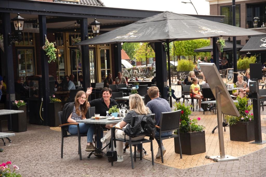Mensen genieten van warme zondag in Barneveld en Voorthuizen Bram van den Heuvel © BDU media