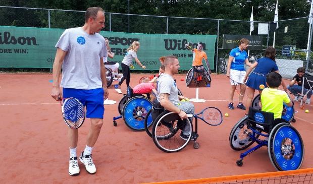Tennisinstructie voor jongeren in sportrolstoel