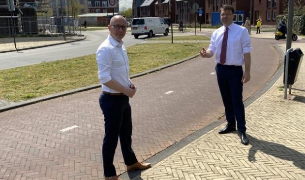 <p>Fractievoorzitter Maarten Flikkema met de nieuwe VVD-wethouder.</p>