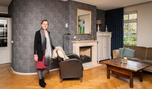 <p>Ze moest even wennen aan het donkere behang, maar nu is Marja van Kooten er heel blij mee. &nbsp;</p>