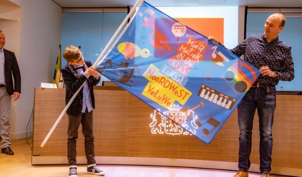 Directeur Sander van Zomeren toont de winnende vlag van de Gabriëlschool met de kinderburgemeester van Harderwijk. Ton Pors © BDU media