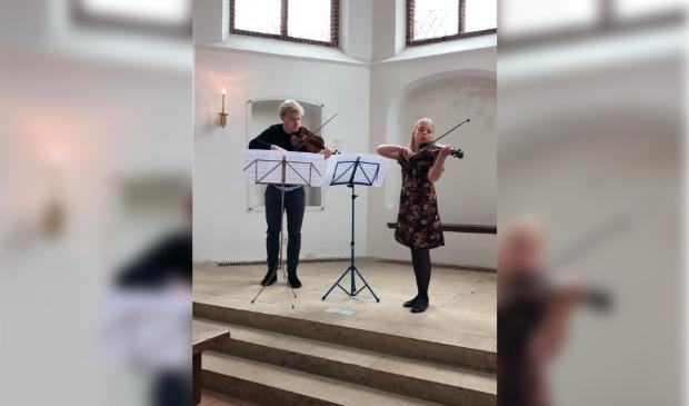 <p>Vioolleraar Kilian van Rooij en Isabel Bottenheft zijn hard aan het oefenen voor de muziekwedstrijd.</p>