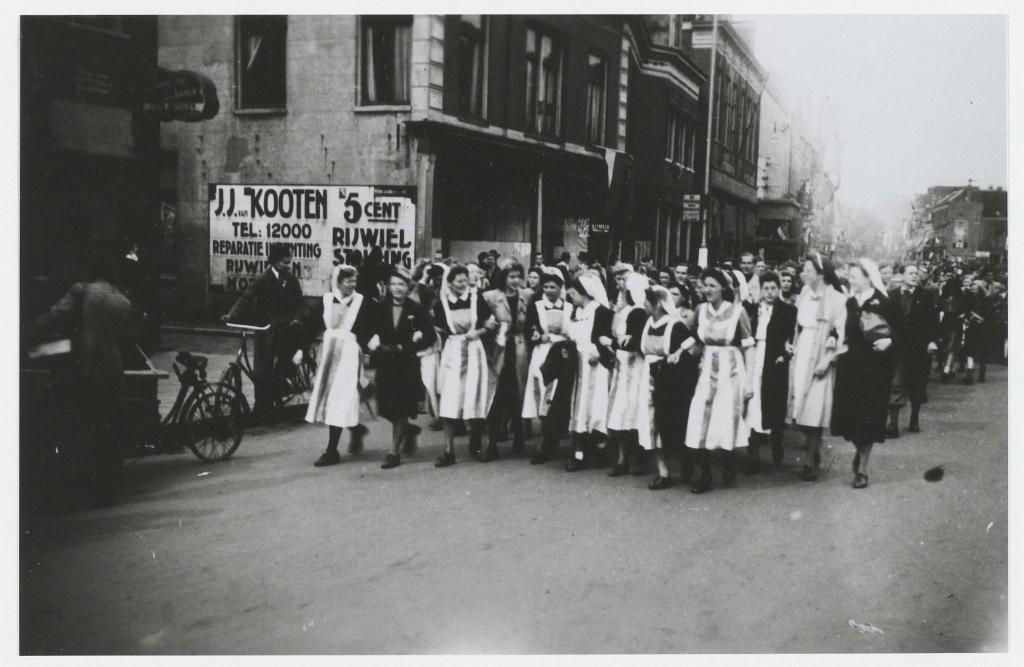 Verpleegsters in het rood, wit en blauw. De feestende menigte i.v.m. de bevrijding. Noord Hollands Archief © BDU media