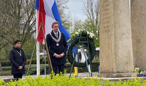 <p>Burgemeester Tjapko Poppens en kinderburgemeester Elina bij het monument aan de Amsterdamseweg.</p>
