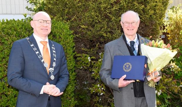 Hans Albrecht gedecoreerd als lid Orde Oranje Nassau