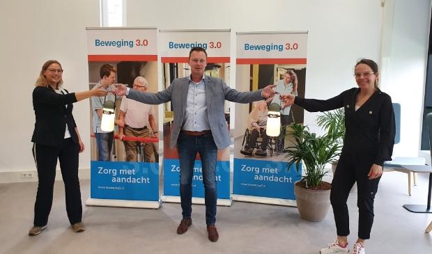 Josine Hellenthal (lid Verpleegkundige Raad Beweging 3.0), Vincent Klompenhouwer (commercieel manager Karbouw) en Miranda Bliekendaal (lid Verpleegkundige Raad Beweging 3.0).
