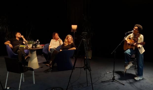 <p>Alyssa van Ommeren treedt op. Aan tafel Eus, Jacobine van den Hoek en Gertrude Hoogendoorn.</p>