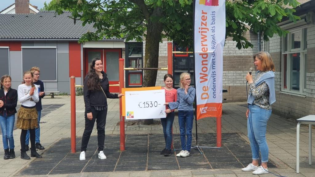 Debby IJpma neemt de cheque in ontvangst  Cora Schipper © BDU media