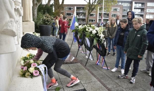 <p>Scholieren leggen een krans bij het herdenkingsmonument aan de Inspecteur Schreuderlaan.</p>