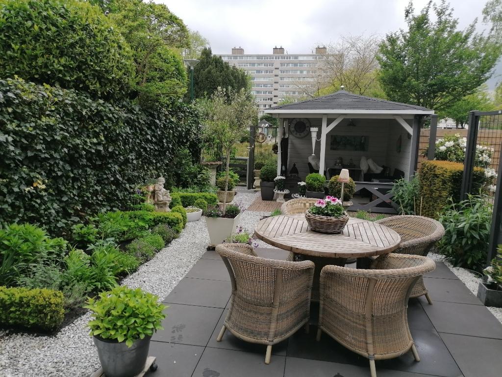 In de achtertuin is er altijd een plekje om te genieten van de zon of verkoeling in de veranda. Peter Beijer © BDU media