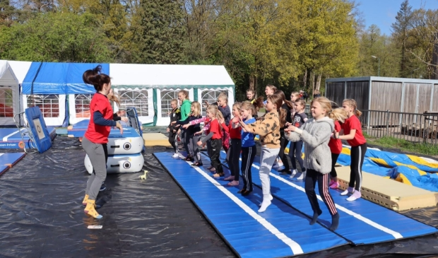 Unitas-turnsters doen de kampdans als warming up