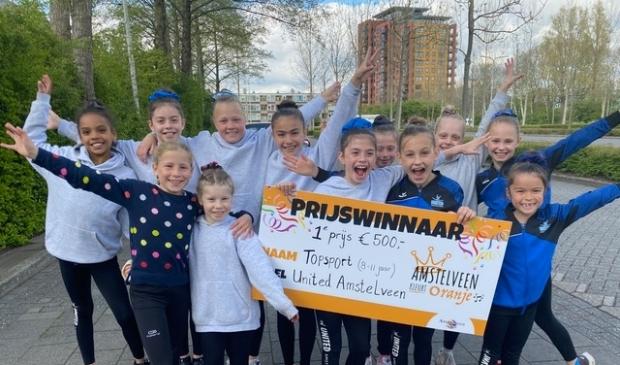 <p>De turnsters van United Amstelveen zijn blij met hun eerste prijs.</p>