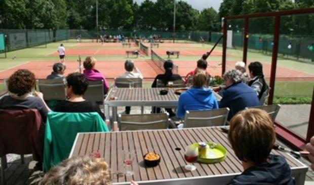 <p>Tennisschool One 2 Tennis gaf vrijdag les bij de Kerstentuin in Bunnik</p>