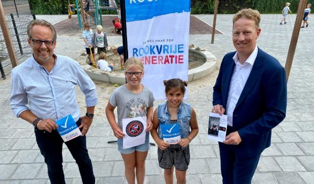 <p>Rookvrije generatieambassadeurs Anna en Saskia samen met &#39;hun&#39; schooldirecteur Michel Houttuin en wethouder Frank Berkhout.</p>