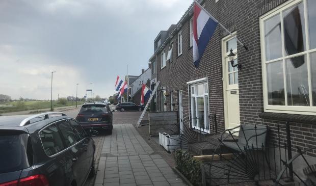 Vlaggen hangen halfstok aan de Sasdijk in Werkendam